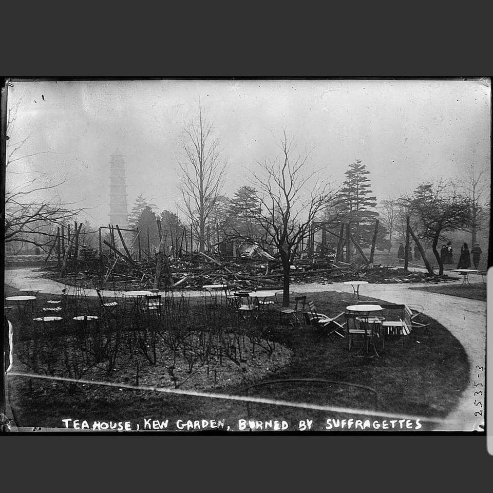 Photo en noir et blanc du salon de thé de Kew Garden, brûlé par les suffragettes